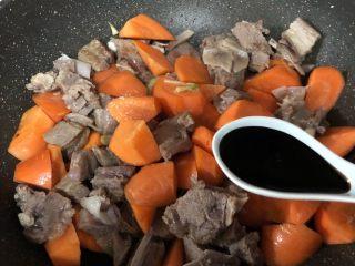 羊排炖胡萝卜,加胡萝卜一起翻炒,加1汤匙老抽、半汤匙生抽