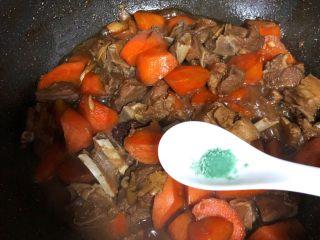 羊排炖胡萝卜,鸡精1g、大火烧开小火继续焖20分钟胡萝卜软糯入味即可