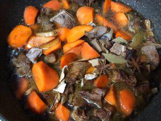 羊排炖胡萝卜,放入煮好的羊汤适量,放入八角香叶陈皮、姜蒜