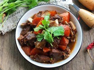 羊排炖胡萝卜,煮好撒香菜即可开吃,超级香!