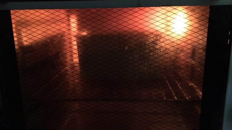 黑米吐司,预热烤箱,上下火190度35分钟。