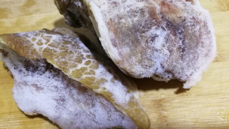 初冬温补~煲莲藕+莲子+猪肘肉+胡萝卜,猪肘肉是熟的。也可以放熟的牛肉。我这是刚从冰箱取出的,切成小块。