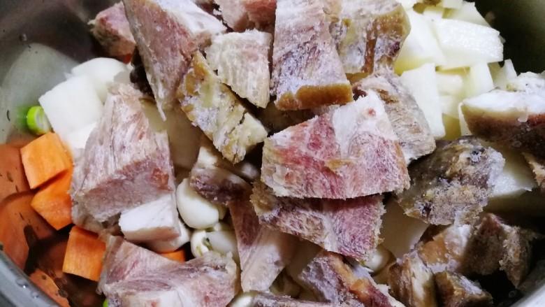 初冬温补~煲莲藕+莲子+猪肘肉+胡萝卜,再把切好的肘子肉块放入。