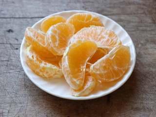 百变水果 什锦水果茶,橙子去皮一瓣一瓣剥开;