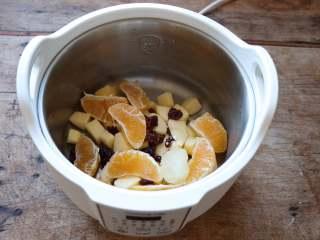百变水果 什锦水果茶,所有食材全部放入九阳桃花盏隔水炖锅的外锅里;