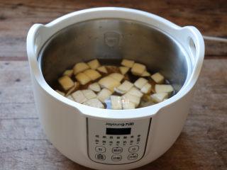 百变水果 什锦水果茶,一直加到水位线刻度处即可;