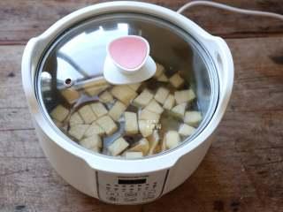 百变水果 什锦水果茶,盖上玻璃锅盖;