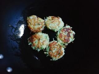 葱香土豆鸡蛋饼,翻面再煎至金黄