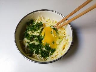 葱香土豆鸡蛋饼,打入一只鸡蛋