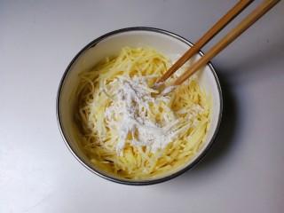葱香土豆鸡蛋饼,放入面粉拌匀