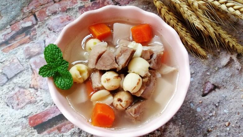 初冬温补~煲莲藕+莲子+猪肘肉+胡萝卜