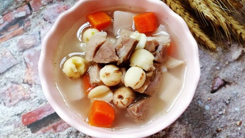 初冬温补~煲莲藕+莲子+猪肘肉+胡萝卜,来一碗吧。