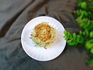 葱香土豆鸡蛋饼,出锅盛盘