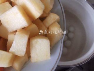 百变水果 桂花水果圆子羹,再放苹果块