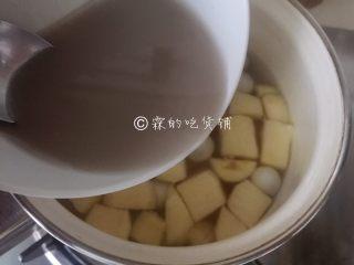 百变水果 桂花水果圆子羹,随后绕着圈倒入锅中