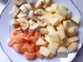 百变水果 桂花水果圆子羹,苹果和香蕉去皮,切小块,桔子剥去外皮后也掰小块