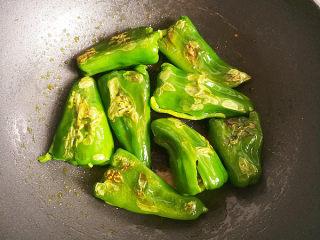 虎皮青椒,油煎至青椒出现虎皮翻面,继续油煎,不要翻动,直至青椒四周都出现虎皮。