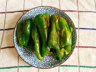 虎皮青椒,青椒四周出现虎皮后,盛入盘子中待用。