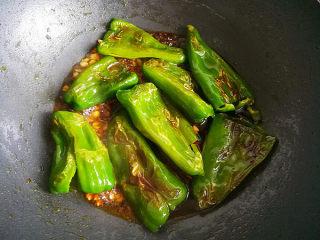 虎皮青椒,然后将虎皮青椒放入,将调味汁浇到青椒上面。