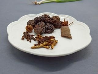 冬季暖身汤《白果炖羊蹄》,准备香料以及香菇、香菇提前泡水。