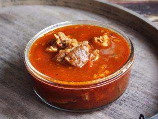 番茄牛肉面(手擀面),将煮好的番茄牛肉盛出备用。