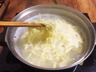 番茄牛肉面(手擀面),将面条放入开水中煮熟。 手擀面条非常好熟,水开了后在水中焖30秒左右即可。