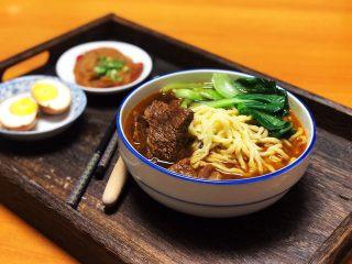 番茄牛肉面(手擀面),将煮熟的面条盛在碗中,浇上番茄牛肉,再配上一些时蔬就可以享用了。