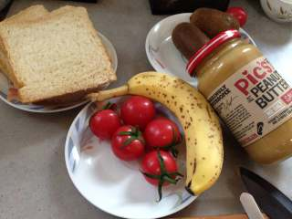 #百变水果#  水果花生酱吐司片,准备材料:吐司4片,小番茄5个,猕猴桃1个 香蕉1个 花生酱2大勺 蜂蜜少许 即食燕麦片适量