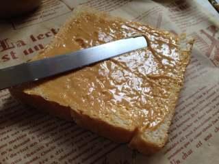 #百变水果#  水果花生酱吐司片,取一勺花生酱用抹刀抹匀