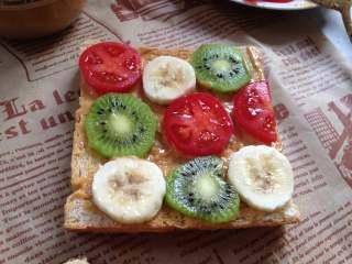 #百变水果#  水果花生酱吐司片,依次摆入自己喜欢的适量水果片