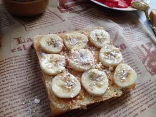 #百变水果#  水果花生酱吐司片, 还可以这样摆满香蕉片,表面撒适量即食燕麦片