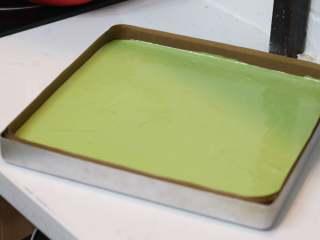 乳糖不耐受体质吃货必选—抹茶栗子蛋糕卷,倒入提前铺好油纸的烤盘中,如果面糊状态对的话只需要轻磕几下表面就可以自然流平了。放入预热好的烤箱中层190℃烘烤20分钟