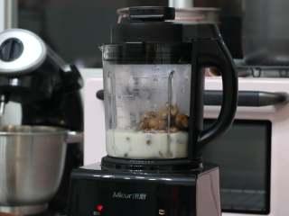 乳糖不耐受体质吃货必选—抹茶栗子蛋糕卷,烘烤蛋糕卷的时间我们可以来制作栗子内馅。将煮熟的栗子沥干水分,和豆浆一起倒入破壁机打成泥。(我使用的是米厨破壁机,选择酱料模式就可以。如果在打的过程中觉得有些浓稠不好打可以一点点加入煮过栗子的水,不要加很多,只要机器可以打动就可以)
