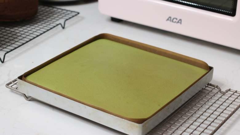 乳糖不耐受体质吃货必选—抹茶栗子蛋糕卷,烤好的蛋糕卷出炉后不需要轻磕(我感觉磕完边缘容易扁下去)。