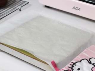 乳糖不耐受体质吃货必选—抹茶栗子蛋糕卷,如果要做毛巾卷就不需要晾,直接在表面盖一张硅油纸。然后翻转过来倒扣在晾架上撕掉底部的油布就可以了