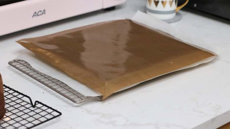 乳糖不耐受体质吃货必选—抹茶栗子蛋糕卷,把油布再盖回去继续放凉,不要直接敞着晾,表面会容易变干,会导致卷卷断裂