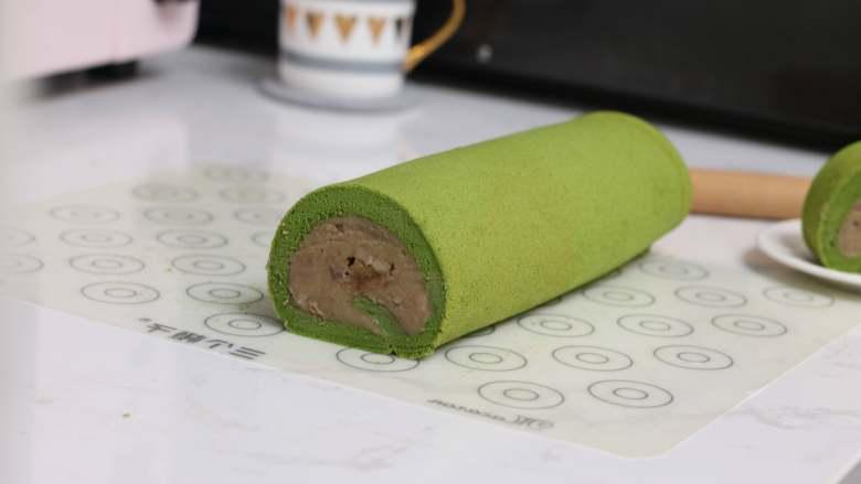 乳糖不耐受体质吃货必选—抹茶栗子蛋糕卷,卷好后连同硅胶垫包起放入冰箱冷藏定型。