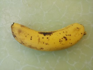 芝士酸奶水果沙拉,准备一个香蕉。