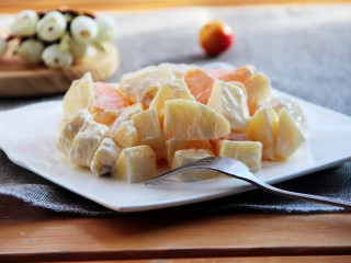 芝士酸奶水果沙拉,装盘。