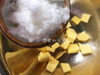 枣泥一口酥,细砂糖加入软化的黄油中