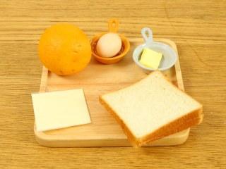 奶酪棒18m+,主料:吐司2片、奶酪1片、黄油30g  配料:鸡蛋1个、橙子1个