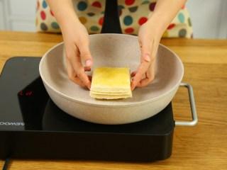 奶酪棒18m+,放入锅中,煎到奶酪融化。(大概2分钟)