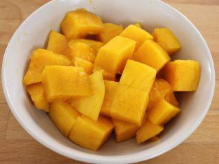 百变水果  三文魚虾仁芒果沙拉,芒果切成小丁备用。