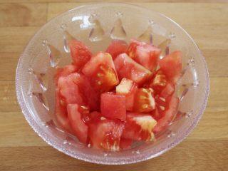 百变水果  三文魚虾仁芒果沙拉,西红柿在锅里烫一下,剥掉皮,切成小丁备用。