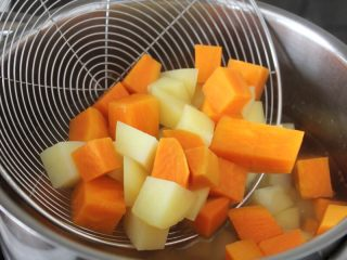 百变水果  三文魚虾仁芒果沙拉,土豆和红薯切成小丁,煮熟(锅里放点盐,滴几滴油),捞出备用。