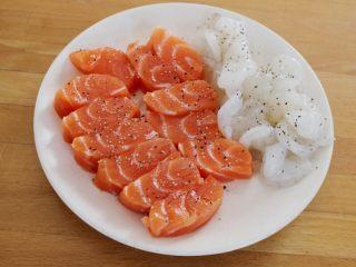 百变水果  三文魚虾仁芒果沙拉,三文鱼切片,虾去壳去虾线,撒点盐和胡椒待用。