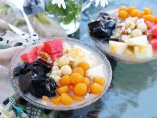 百变水果 八宝芋圆烧仙草,好了,现在我们就可以组装了,舀几勺银耳莲子汤到碗中,加几块甜瓜、几块西瓜、几块烧仙草,一勺子芋圆,浇些蜂蜜或蜜糖水,再撒些坚果,好了八宝芋圆烧仙草就完成了,请你享用。