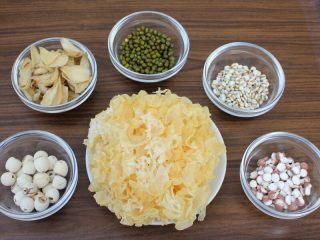 百变水果 八宝芋圆烧仙草,现在来煮银耳莲子汤,我备了银耳、莲子、百合、绿豆、薏米和鸡头米,每样各20克。