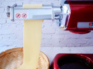 葱油拌面,厨师机装上制面片配件,把面片放入压制几次