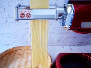 葱油拌面,再把制面配件取下换成细面的配件,把面片放入压制成细面备用